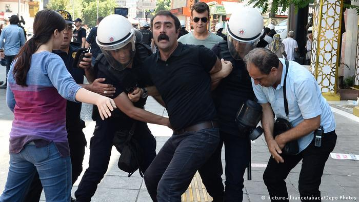Türkei Festnahme eines Demonstranten in Ankara (picture-alliance/abaca/Depo Photos)