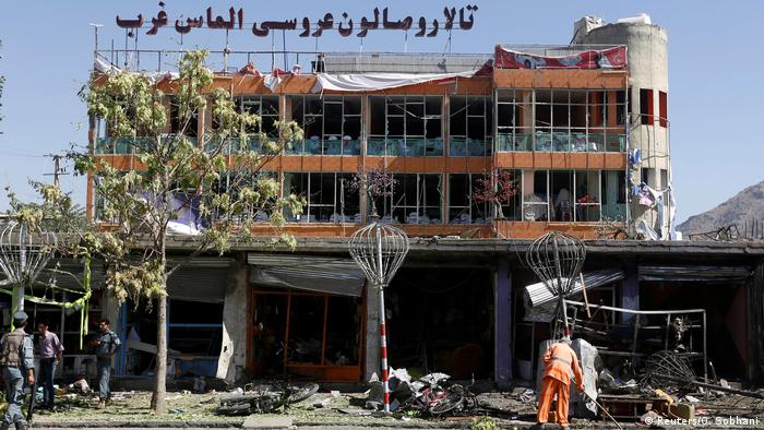 Afghanistan Kabul - Schuttbeseitigung nach Selbstmordattentat (Reuters/O. Sobhani)