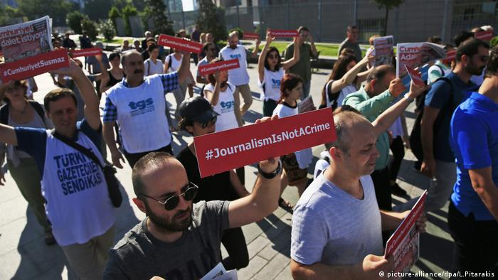 Protests in support of journalism and free speech in Turkey (picture-alliance/dpa/L.Pitarakis)