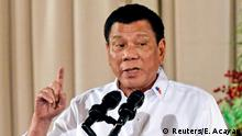 Archivbild 19.12.2016 FILE PHOTO - Philippine President Rodrigo Duterte gestures as he delivers a speech during an awarding ceremony for outstanding Filipinos and organizations overseas, at the Malacanang Palace in Manila, Philippines December 19, 2016. REUTERS/Ezra Acayan/File Photo