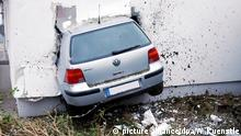 VW Golf stuck in a wall (picture alliance/dpa/W.Kuenstle)
