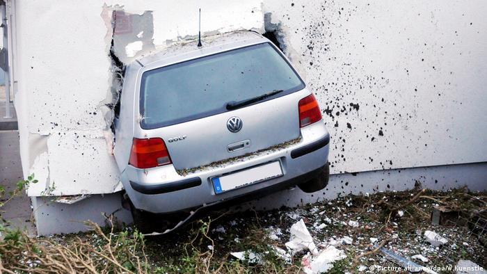 VW Golf, що врізався у стіну