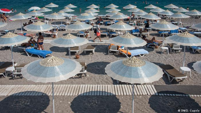 Parasols on the beach of Antalya, Turkey (DW/D. Cupolo)