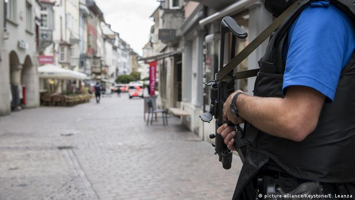 Armed police in Schaffhausen (picture-alliance/Keystone/E. Leanza)