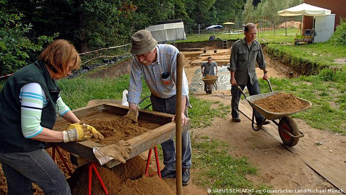 O presumido local da batalha em Kalkriese é palco de escavações há cerca de 30 anos. Uma nova busca de artefatos deverá começar no início de setembro. Especialistas esperam descobrir mais sobre que rumos a batalha tomou.
