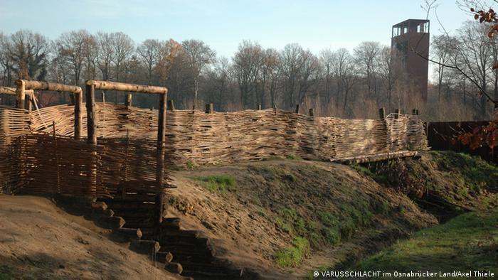 A muralha de terra da foto faz parte de uma construção de 400 m de comprimento descoberta em Kalkriese. Essa extensão foi restaurada para que visitantes possam ter uma ideia da antiga aparência. Novas descobertas sugerem que a muralha pode ter sido parte de um acampamento romano e não de um germânico, como se pensava anteriormente. A atual escavação deverá revelar mais sobre a sua história.