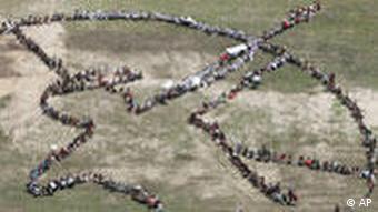 Menschenkette mit Schriftzug Rettet Amazonien (Quelle: AP)