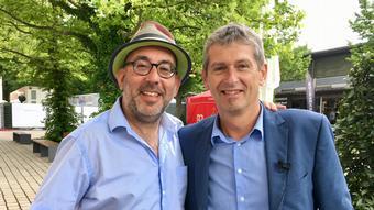 Deutschland Regisseur Barrie Kosky mit Hans Christoph von Bock in Bayreuth