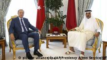 Katar Doha - Erdogan und Scheich Tamim bin Hamad Al Thani (picture-alliance/dpa/AP/Presiency Press Service/Stf)