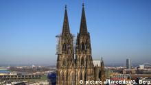 ARCHIV- Die Fassade des Doms in Köln (Nordrhein-Westfalen), fotografiert am 05.03.2013. (zu dpa: Gestatten? Quasimodo! Der Glöckner vom Kölner Dom vom 23.07.2017) Foto: Oliver Berg/dpa +++(c) dpa - Bildfunk+++ | Verwendung weltweit