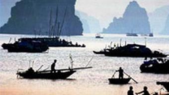 Boote in der Abendsonne; aus dem Wasser ragen Felsen