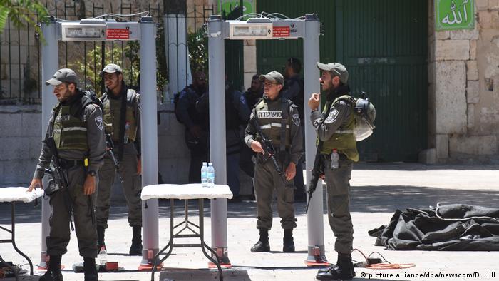Israel Grenzpolizei steht bei einem Metalldetektor am Tempelberg Eingang (picture alliance/dpa/newscom/D. Hill)