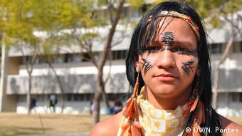 Odxuara Pataxo, de 30 anos, vende artesanatos e está aprendendo a língua com o irmão, que é professor