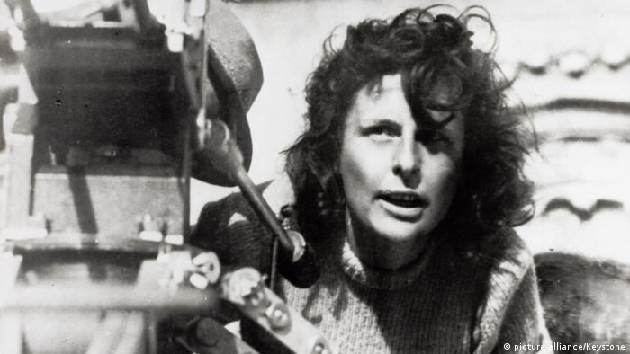 Leni Riefenstahl bei Dreharbeiten zu 'Tiefland' mit Kamera