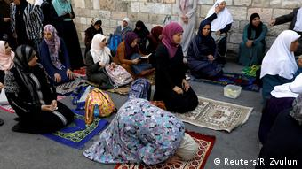 Palestinian worshippers pray in the streets outside Jerusalem Temple Mount/Nobel Sanctuary