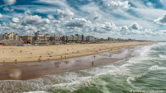 Holland, Europe, Koog aan de Zaan, Scheveningen, Zuid-Holland, Netherlands, city, village, summer, beach, sea, people, North Sea, beach, Kurhaus, Spa (picture alliance/dpa/prisma)
