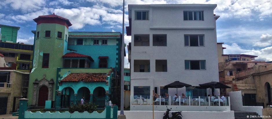 Edifícios reformados se contrastam com prédios deteriorados em Havana
