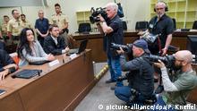 25.07.2017 *** Die Angeklagte Beate Zschäpe sitzt am 25.07.2017 im Verhandlungssaal im Oberlandesgericht (OLG) in München (Bayern) neben ihrem Anwalt Mathias Grasel. Vor dem Oberlandesgericht wurde der Prozess um die Morde und Terroranschläge des Nationalsozialistischen Untergrunds (NSU) fortgesetzt. Foto: Peter Kneffel/dpa +++(c) dpa - Bildfunk+++ | Verwendung weltweit