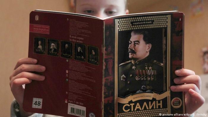 Russland, Schulbuch mit Stalin-Porträt