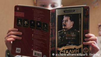 Russian schoolbook with portrait of Stalin on the cover (picture-alliance/dpa/S. Ilnitsky)