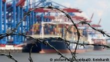 Symbolbild Sanktionen Hafen Stacheldraht
