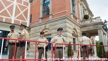 ARCHIV- Polizisten stehen am 25.07.2016 in Bayreuth (Bayern) vor der Eröffnung der Richard-Wagner-Festspiele vor dem Festspielhaus. Foto: Timm Schamberger/dpa (zu dpa Ein Zaun und zwei Überraschungen - Die Bayreuther Premierenwoche vom 02.08.2016) +++(c) dpa - Bildfunk+++   Verwendung weltweit
