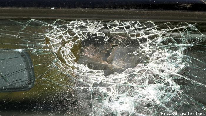 Символическая картинка: разбитое автомобильное стекло