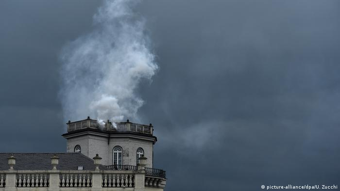 Smoke from tower - Expiration Movement by Daniel Knorr (picture-alliance/dpa/U. Zucchi)