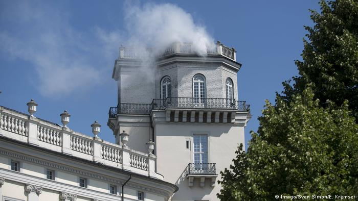 White smoke from a white tower (Imago/Sven Simon/E. Kremser)