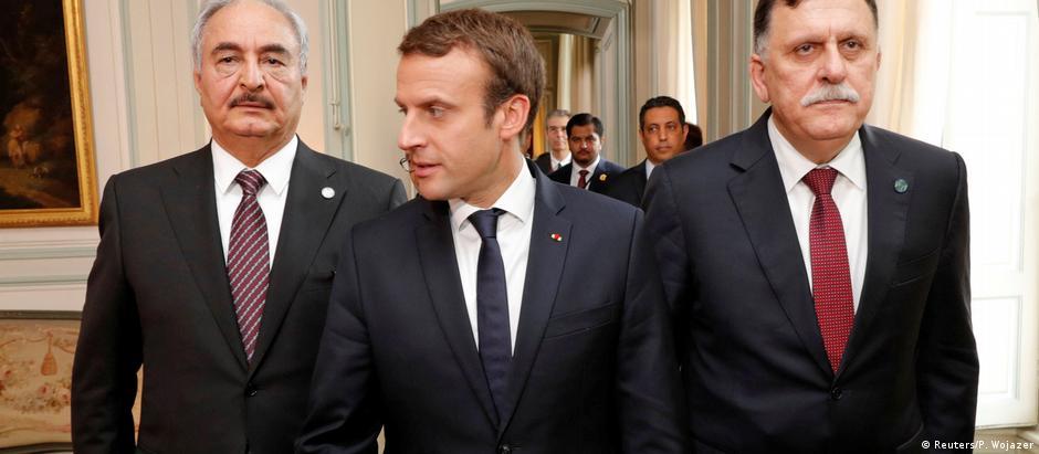 Macron entre o chefe de governo da União Nacional líbia, Fayez al-Sarraj, e o general Khalifa Haftar, que controla o leste