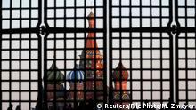 Russland Die Basilius-Kathedrale ist durch ein Tor am Roten Platz im Zentrum von Moskau zu sehen