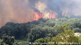 Περισσότερα από 1000 άτομα στην Κορσική έχουν οδηγηθεί σε προσωρινά καταλύματα εξαιτίας της φωτιάς