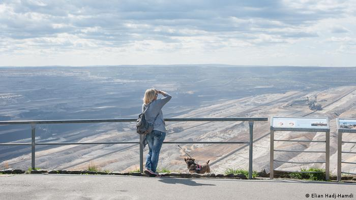 women overlooking Hambach mine, Germany (Elian Hadj-Hamdi)