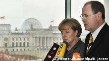 Deutschland Angela Merkel und Peer Steinbrück im Bundeskanzleramt in Berlin