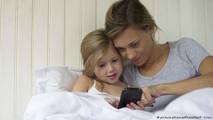 Mutter Tochter und Smartphone