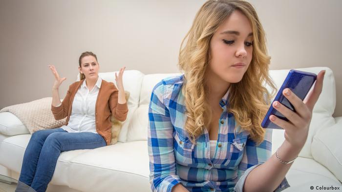 Mutter, Tochter und Handy (Colourbox)