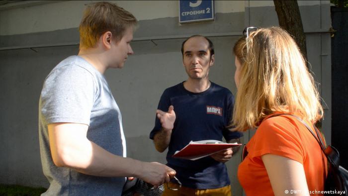 Кирилл Медведев (на фото в центре) с избирателями