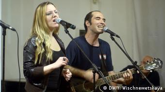 Кирилл Медведев с девушкой поют на одном из концертов