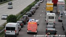 Vehicles make way for ambulance on the autobahn (picture-alliance/rtn/P. Wuest)