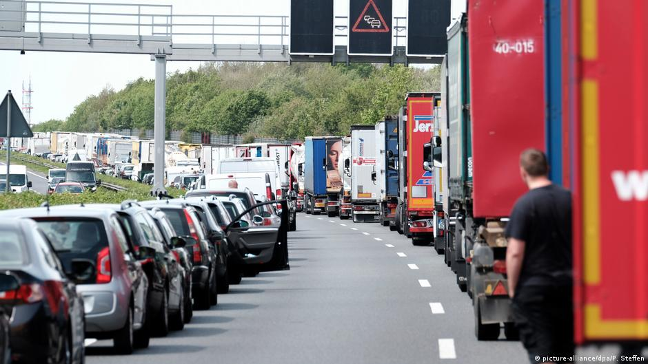 Autobahn deaths prompt calls to punish rubberneckers   Germany  News