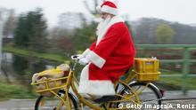 Deutschland Weihnachtsmann auf einem Fahrrad in Himmelpfort