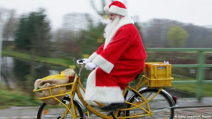 Der Nikolaus auf einem Fahrrad (Getty Images/A. Rentz)