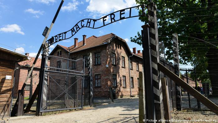 Eingangstor Konzentrationslager Auschwitz-Birkenau Polen (Picture alliance/Bildagentur-online/Schoening)