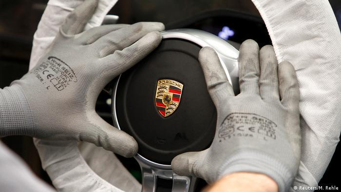 保時捷斯圖加特總部的工人在組裝新款911