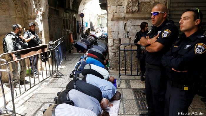 Muslims praying at Temple Mount in front of Israeli officers