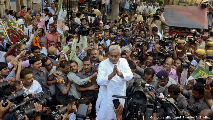 Indien Nitish Kumar nach den Wahlen in Bihar (picture-alliance/AP Photo/A. A. Siddiqui)