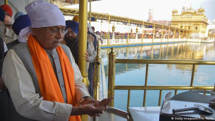 Indien Bihar Ministerpräsident Nitish Kumar betet am Sikh Golden Tempel in Amritsar (Getty Images/AFP/N. Nanu)