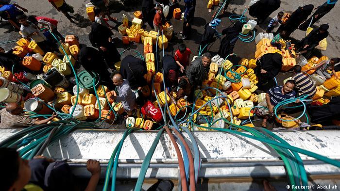 Yemeniti cercano di fare scorte. Credits to: Reuters/K. Abdullah.