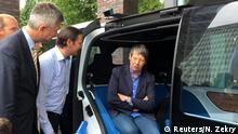 Umweltministerin Hendricks beantwortet unter den Augen von VW-Konzernchef Müller Fragen von Journalisten