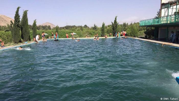 Afghanistan Schwimmer in Kabul (DW/I. Taheri)
